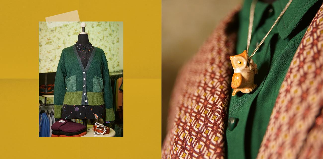 Links: Dreifarbig gruene Strickjacke auf einer Bueste. Rechts: kleiner Kettenanhaenger einr Eule aus Keramik