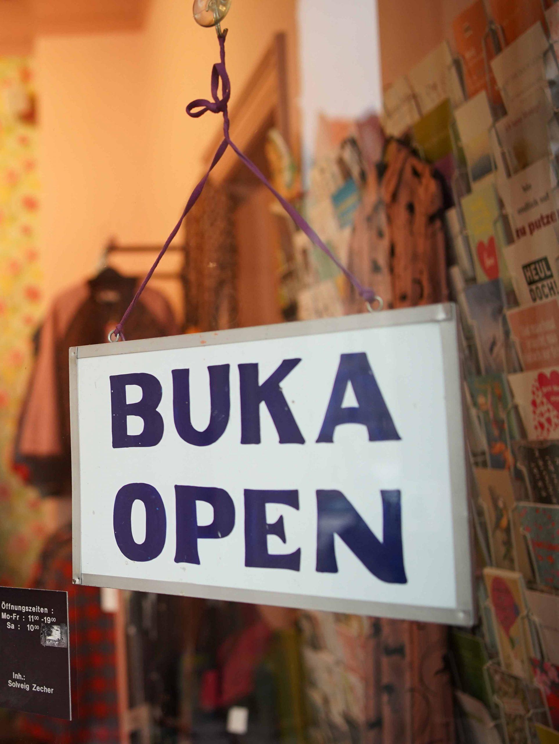 """Eingangstuer vom 7. Himmel mit dem beruehmten Schild """"BUKA"""""""